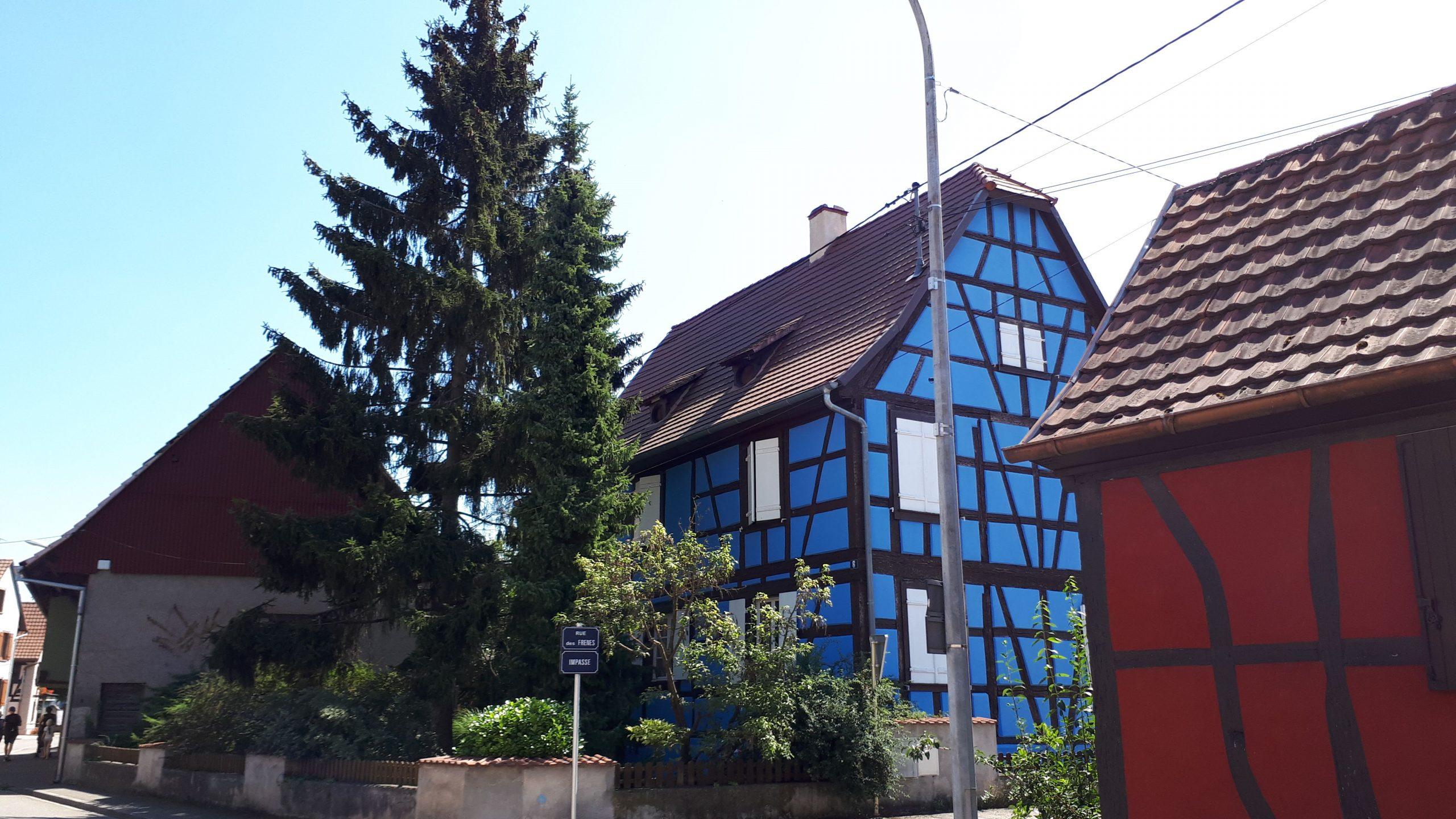 Admirez les maisons colorées.
