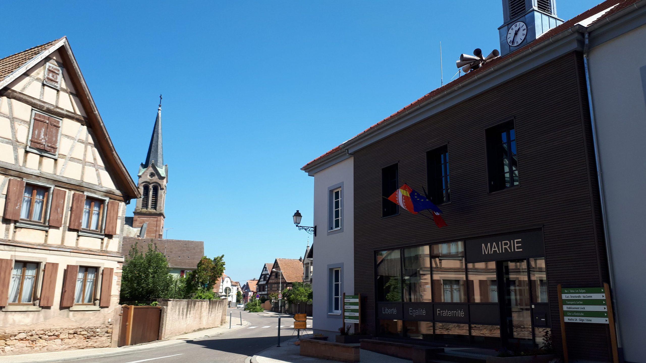 Au coeur du village, la mairie et l'église.