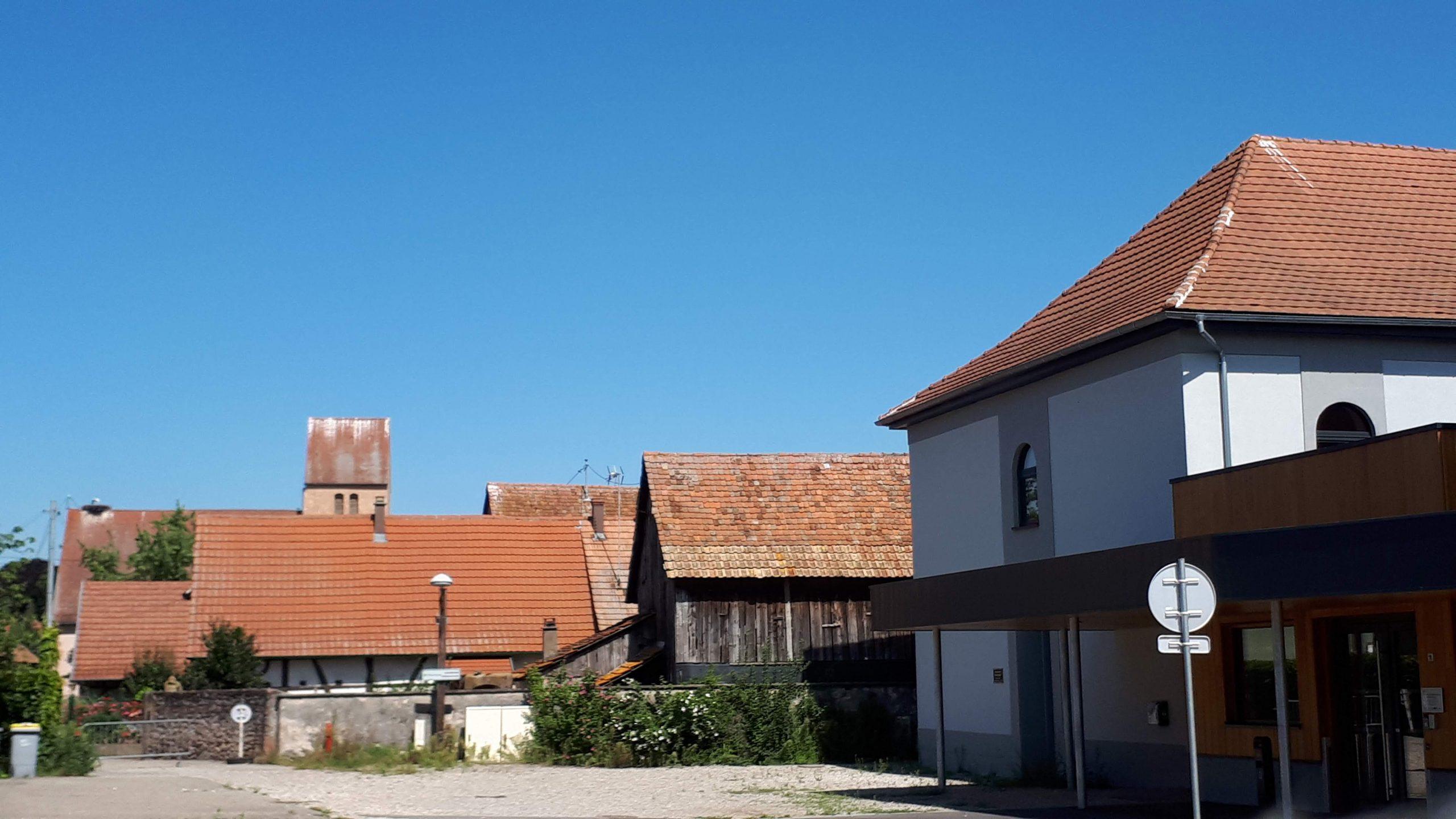 Parvis de la salle des fêtes (à droite), vestige de l'ancienne synagogue.